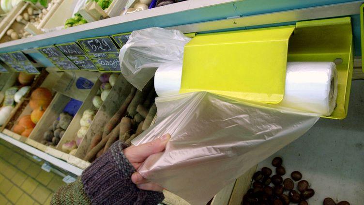Les sacs plastique sont interdits en caisse au 1er juillet 2016, puis seront bannis des rayons au 1er janvier 2017. (MYCHELE DANIAU / AFP)