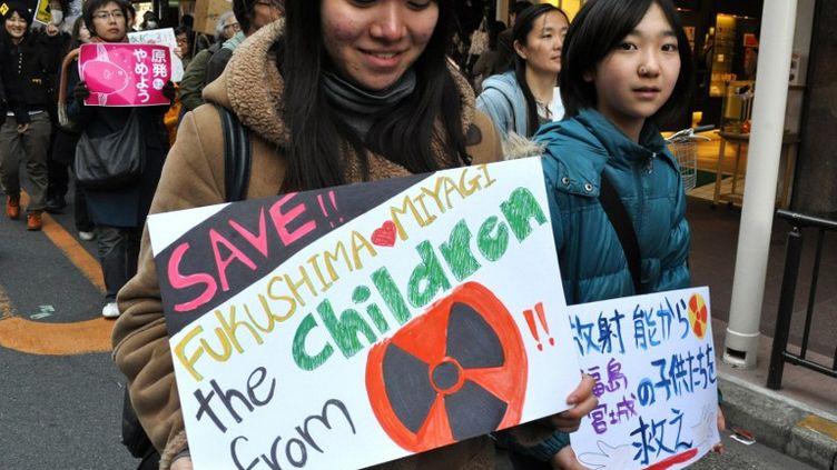 De jeunes japonaises participent à une manifestation contre le nucléaire, le 4 mars 2011. (PIETRO SCOZZARI / TIPS / AFP)