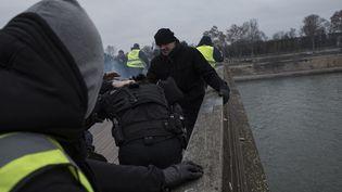 """Un ancien boxeur, Christophe Dettinger, frappe un gendarme mobile lors d'une manifestation des """"gilets jaunes"""" à Paris, le 5 janvier 2018. (ANTONI LALLICAN / HANS LUCAS / AFP)"""