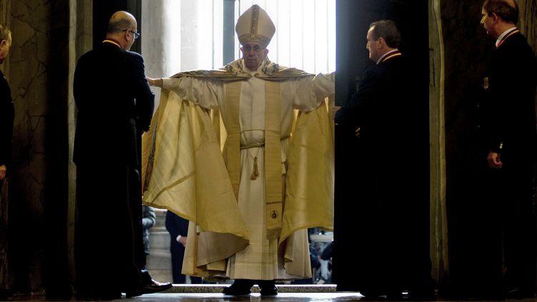 Le pape François ouvre la Porte sainte de la basilique Saint-Pierre au Vatican, le 8 décembre 2015. (ANDREW MEDICHINI / AP / SIPA)