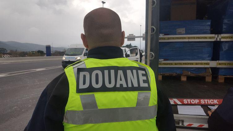Un douanier lors d'un contrôle, le 18 décembre 2019. (photo d'illustration). (SEBASTIEN BERRIOT / FRANCE-BLEU ROUSSILLON)
