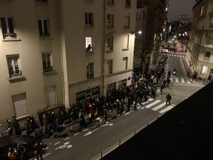 Les spectateurs d'une projection en pleine rue devant le cinéma La Clef, à Paris, vendredi 15 janvier 2015. (MATHILDE VINCENEUX / RADIO FRANCE)