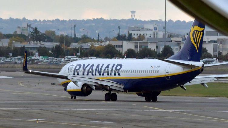 Un avion Ryanair à l'aéroport Toulouse-Blagnac le 15 novembre 2019. (PASCAL PAVANI / AFP)