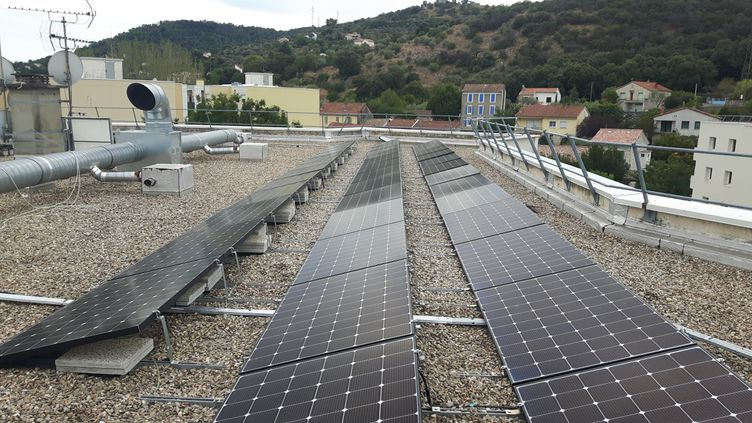 À Alès (Gard), un HLM produit une partie de son électricité grâce des panneaux solaires. Unprojet expérimental d'une ampleur unique en France pour le moment. (GREGOIRE LECALOT / RADIO FRANCE)