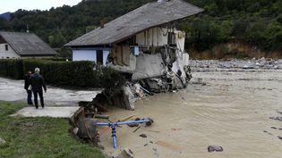 Une maison en partie emportée par la crue de la rivière, à Roquebillière (Alpes-Maritimes), samedi 3 octobre 2020. (NICOLAS TUCAT / AFP)