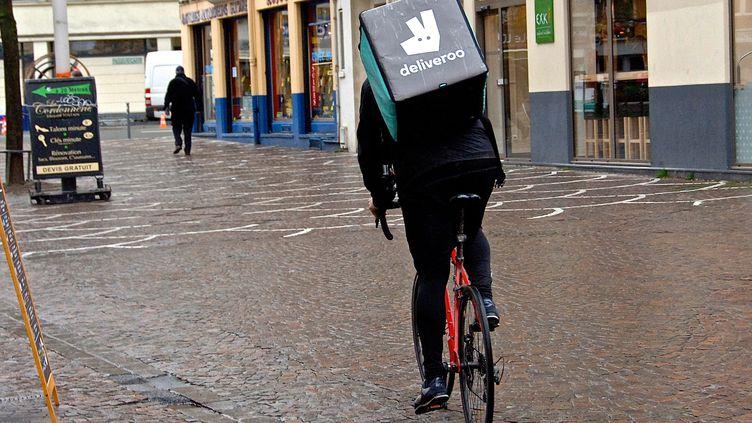 Illustration livreurs à vélo. (SEBASTIEN JARRY / MAXPPP)