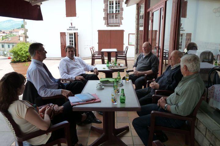 Jean Lassalle et Barthélémy Aguerre (à gauche) rencontrent des élus locaux à Uhart-Cize. (ST)