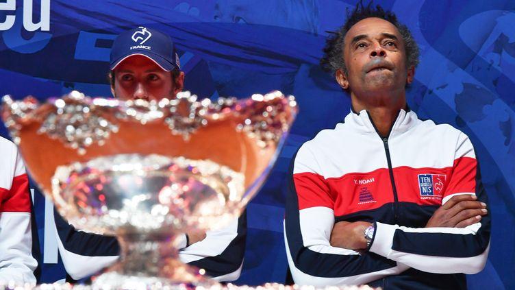 Le capitaine des Bleus Yannick Noah dans ses pensées (PHILIPPE HUGUEN / AFP)
