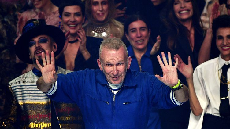Le couturier Jean Paul Gaultier lors du final de son dernier défilé haute couture printemps-été 2020, le 22 janvier 2020 à Paris (ANNE-CHRISTINE POUJOULAT / AFP)