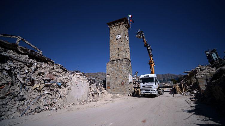 Après le séisme de L'Aquila, en 2009, les sinistrés avaient été relogés dans des quartiers neufs à la périphérie et le centre détruit a été quasiment abandonné. A Amatrice et dans les localités voisines, les autorités veulent rendre tout leur lustre aux centres-villes, au riche patrimoine culturel et historique. Ici, la fameuse Torre Civica. (FILIPPO MONTEFORTE / AFP)