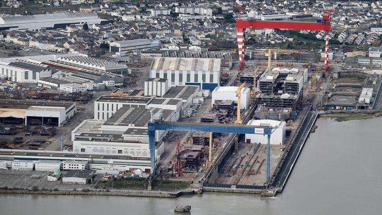 Vue aérienne des chantiers navals STX à Saint-Nazaire, le 20 décembre 2014. (JEAN-SEBASTIEN EVRARD / AFP)