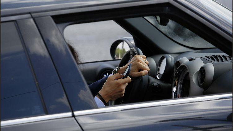 Les conducteurs sont de plus en plus nombreux à téléphoner au volant. (LUC NOBOUT / MAXPPP)
