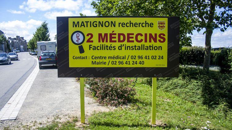 Un panneau pour la recherche de médecins à Matignon (Côtes-d'Armor), le 29 juillet 2017. (MARTIN BERTRAND / HANS LUCAS / AFP)