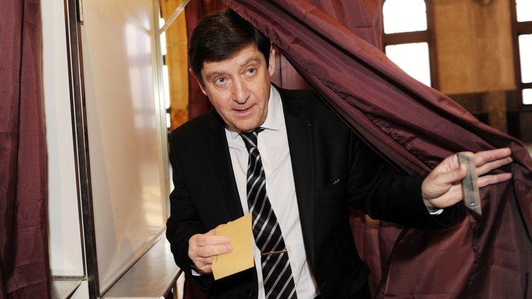 Le ministre de la Ville, de la Jeunesse, et des Sports, Patrick Kanner, vote à Lille (Nord), le 22 mars 2015, lors du premier tour des élections départementales. (FRANCOIS LO PRESTI / AFP)