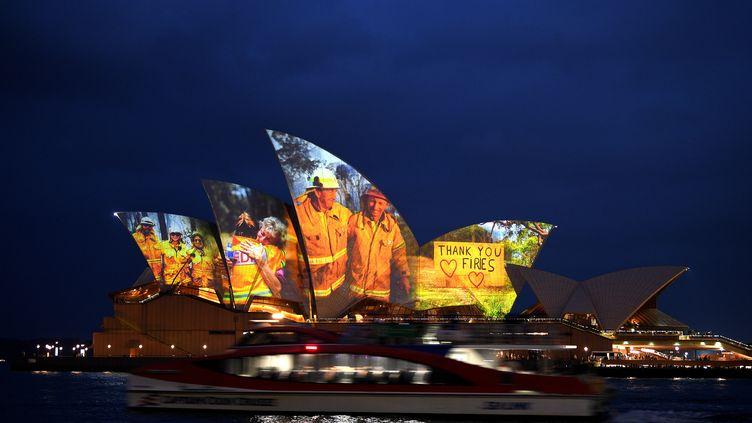Des images des pompiers australiens projetées sur le toit de l'Opéra de Sydney (11 janvier 2020) (SAEED KHAN / AFP)