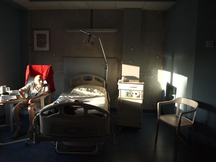 Un patient se repose dans sa chambre dans l'unité de soins palliatifs de la clinique Saint-Roch à Cambrai (Pas-de-Calais), le 10 octobre 2012. (ARIANE NICOLAS / FTVI)