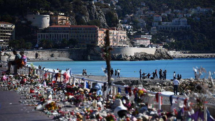 La promenades des Anglais à Nice, recouverte de fleurs après l'attentat du 14 juillet 2016. (ANNE-CHRISTINE POUJOULAT / AFP)