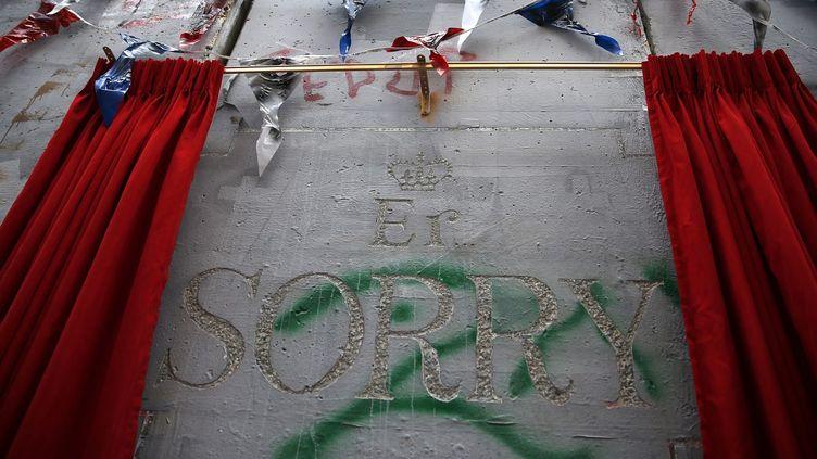 """""""Er. Sorry"""", une performance signée Banksy en Cisjordanie, sur le mur de séparation érigé par Israël.  (AHMAD GHARABLI / AFP)"""