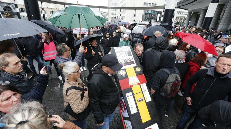 """Des manifestants prennent part à une """"marche noire"""", le 20 octobre 2019 à Bruxelles (Belgique), afin de dénoncer la demande de libération conditionnelle de Marc Dutroux. (NICOLAS MAETERLINCK / BELGA / AFP)"""
