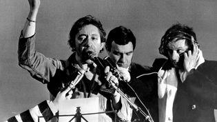 Serge Gainsbourgchante la Marseillaise a cappella en brandissant le poing levé à Strasbourg le 4 janvier 1980 (THIERRY GACHON / MAXPPP)