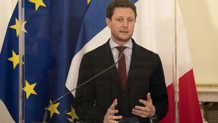 Le secrétaire d'Etat aux Affaires européennes Clément Beaune lors d'une conférence de presse à Vienne (Autriche) le 9 novembre 2020. (JOE KLAMAR / AFP)