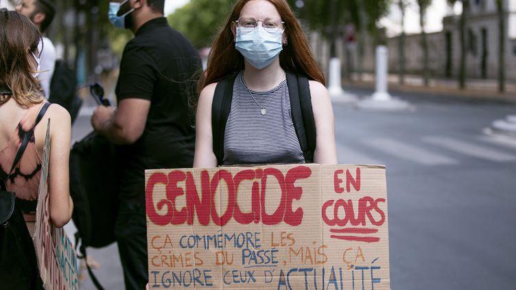 Un rassemblement devant l'ambassade de Chine à Paris, le 27 juillet 2020, pour protester contre le traitement réservé aux Ouïghours par la Chine. (NOEMIE COISSAC / HANS LUCAS / AFP)