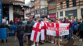 Des supporters anglais et gallois boivent des bières avant le match entre leurs deux équipes, pendant l'Euro, le 16 juin 2016. (MAXPPP)