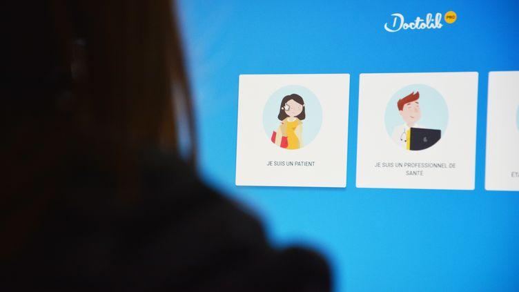 Une femme consulte le site doctolib.com sur un ordinateur.  (JEAN-CHRISTOPHE BOURDILLAT / RADIO FRANCE)