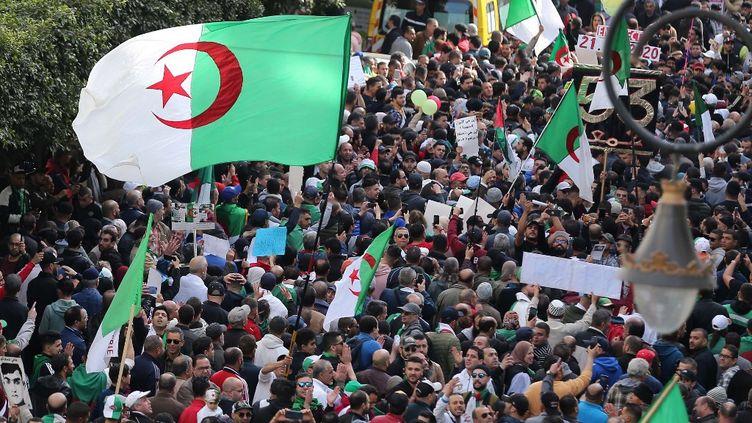 """Le """"Hirak"""" défile dans Alger, en Algérie, le 21 février 2020. (BILLAL BENSALEM / AFP)"""