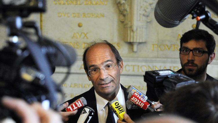 Eric Woerth répondant aux question des journalistes le 6 septembre 2011, à l'Assemblée nationale. (JOHANNA LEGUERRE / AFP)