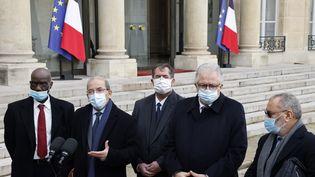 Le président du Conseil français du culte musulman, Mohammed Moussaoui (deuxième en partant de la gauche), s'exprime à sa sortie de l'Elysée, entouré par d'autres représentants du CFCM, lundi 18 janvier 2021. (LUDOVIC MARIN / AFP)