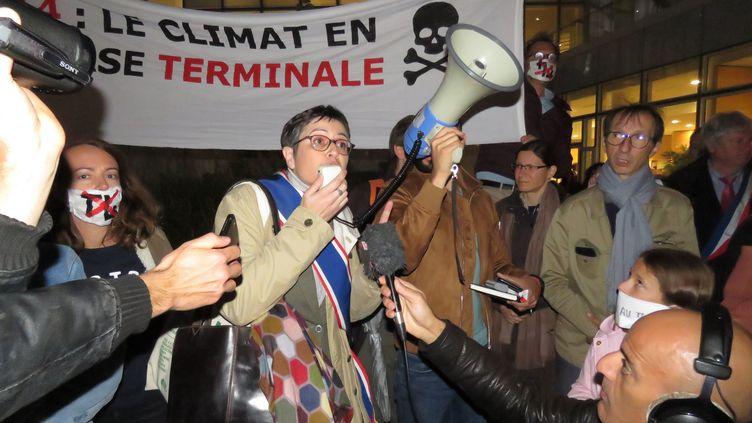 Les associations s'étaient mobilisées le 9 octobre 2019 pour dénoncer le projet d'extension du terminal 4 de Roissy-Charles-de-Gaulle. (THIBAULT CHAFFOTTE / MAXPPP)