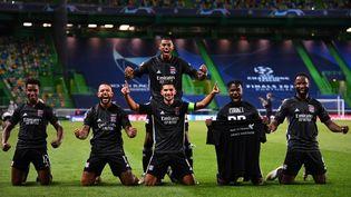 Les joueurs de l'Olympique lyonnais, le 15 août 2020 à Lisbonne (Portugal). (FRANCK FIFE / AFP)