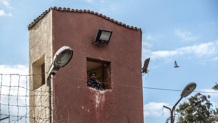 Un garde à l'intérieur de l'une des tours de guet de la prison de Tora, à la périphérie Sud de la capitale égyptienne, Le Caire. Photoprise lors d'une visite guidée organisée par le service d'information de l'Etat égyptien le 11 février 2020. (KHALED DESOUKI / AFP)