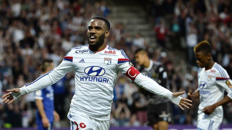 L'attaquant de Lyon Alexandre Lacazettecélèbre un but lors d'un match contre le SC Bastia au stade Gerland, le 15 avril 2015. (JEFF PACHOUD / AFP)