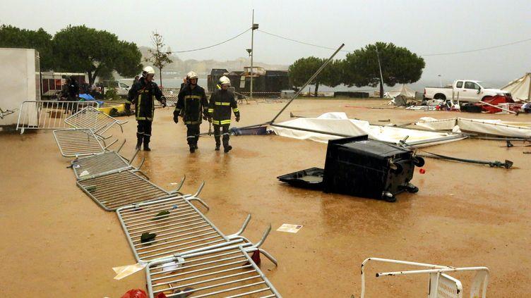 Des pompiers sur les lieux où une partie d'un chapiteau s'est effondrée sous l'effet du vent, vendredi 14 octobre 2016 à Ajaccio (Corse-du-Sud). (MAXPPP)