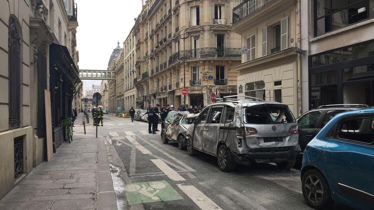 Le périmètre de sécurité autour de l'immeuble qui a été soufflé samedi 12 janvier lors d'une explosion au gaz rue de Trévise à Paris. (THOMAS PONTILLON / RADIO FRANCE)