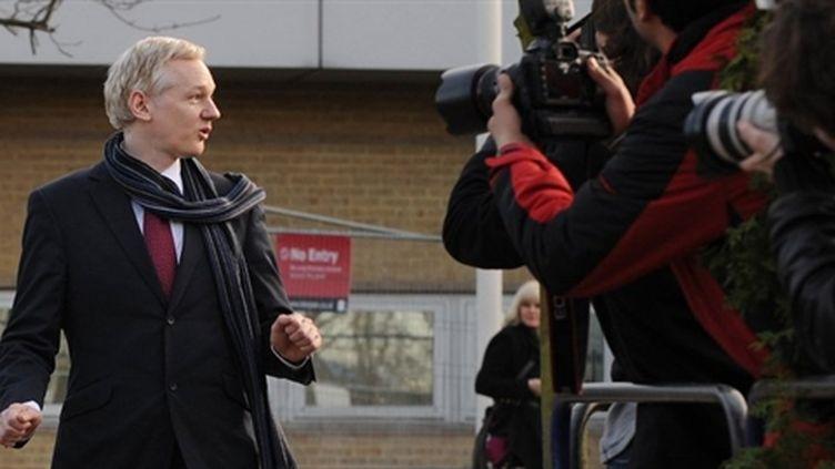 Le fondateur de WikiLeaks quitte la cour de Belmarsh, à Londres, le 24/02/2011 (AFP/Ben Stansall)