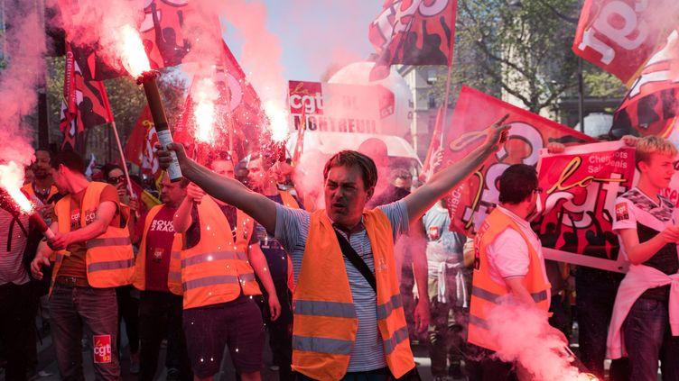 Des manifestants participent à la journée de mobilisation interprofessionnelle organisée à l'appel de la CGT, le 19 avril 2018 à Paris. (MAXPPP)