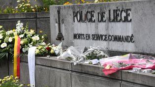 Des fleurs sont déposées devant le commissariat de Liège (Belgique), en hommage aux trois victimes d'une attaque terroriste, le 30 mai 2018. (EMMANUEL DUNAND / AFP)