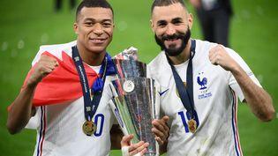 Kylian Mbappé et Karim Benzema savourent la victoire de la France en Ligue des nations, le 10 octobre 2021 contre l'Espagne à San Siro (Milan). (FRANCK FIFE / AFP)