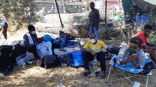 Un groupe de réfugiés somaliens, rares occupants du camp de Moria à ne pas avoir encore fui, le jeudi 10 septembre 2020. (MARIE PIERRE VEROT / RADIO FRANCE)