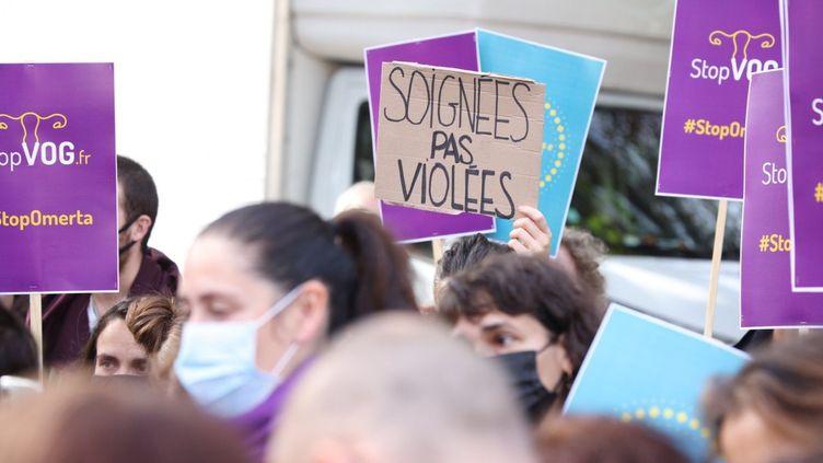 Manifestation contre les violences gynécologiques devant l'hôpital Tenon de Paris, le 2 octobre 2021. (OLIVIER ARANDEL / MAXPPP)
