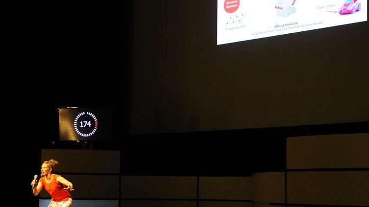 """La doctorante Camille Rouillon présente sa thèse""""Etude de l'impact des vieillissements photochimique, thermique et climatique sur les propriétés d'aspect de polypropylènes teintés masse colorés"""" pendant la finale française de """"Ma thèse en 180 secondes"""", le 3 juin 2015 à Nancy. (JEAN-CHRISTOPHE VERHAEGEN / AFP)"""