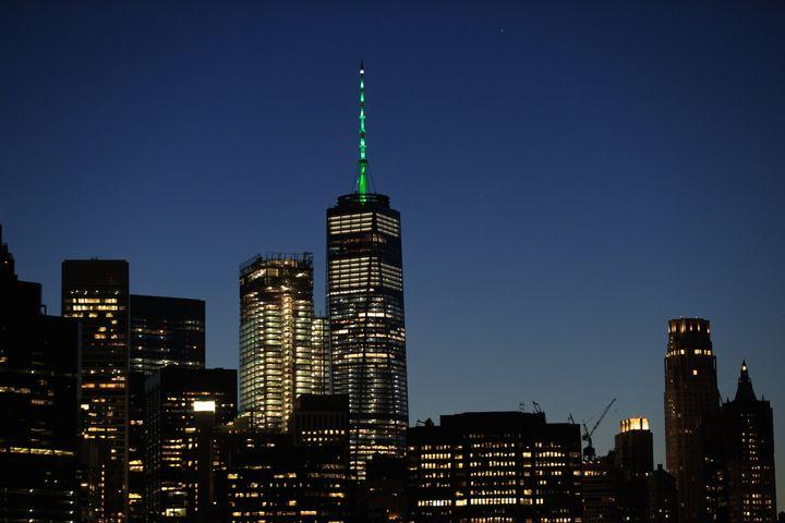 La flèche du One World Trade Center, illuminée en vert, le 1er juin 2017. (DREW ANGERER / GETTY IMAGES NORTH AMERICA / AFP)
