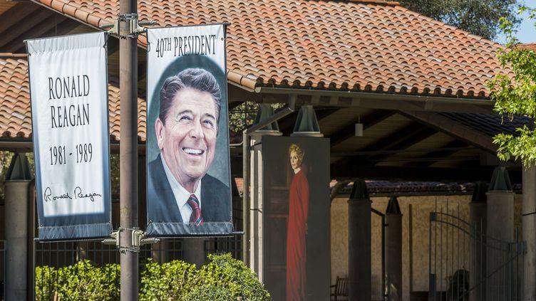 Des portraits de l'ancien président des Etats-Unis Ronald Reagan et de sa femme Nancy Reagan, à Simi Valley en Californie (Etats-Unis), le 8 mars 2016. (DAMIAN DOVARGANES /AP / SIPA)