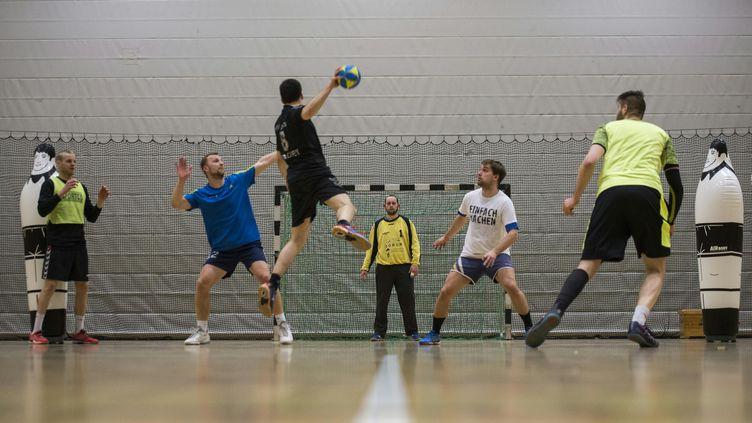 Un entraînement de handball à Berlin, le 29 mars 2016. (JOHN MACDOUGALL / AFP)