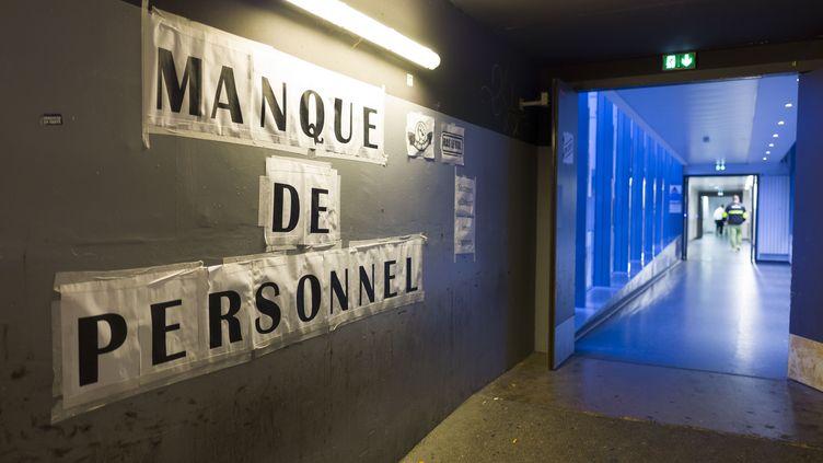 Une banderole affichée à l'hôpital Tenon à Paris, le 8 juillet 2019. (S.CAILLET / BSIP / AFP)