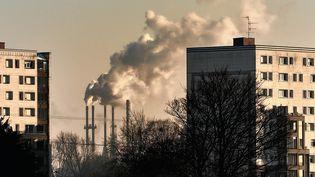 De la fumée s'élève d'une usine de Santes, près de Lille, le 22 janvier 2013 (photo d'illustration). (PHILIPPE HUGUEN / AFP)