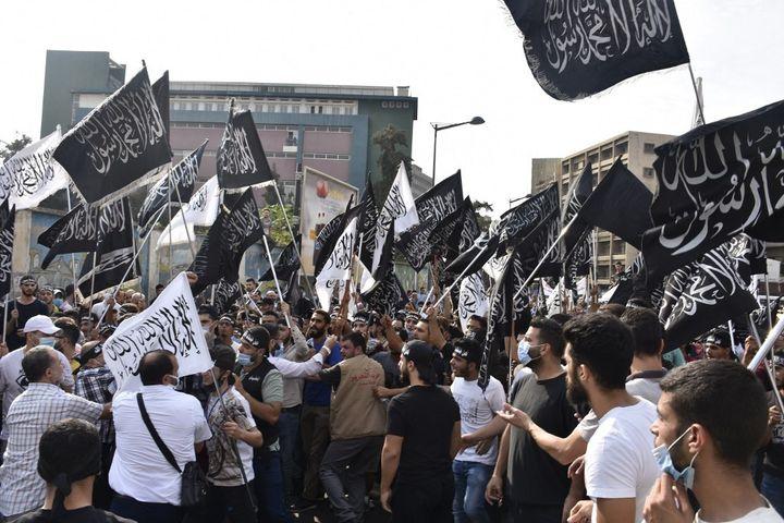 Des manifestants défilent à Beyrouth, la capitale du Liban, le 30 octobre 2020, pour protester contre les propos d'Emmanuel Macron défendant la liberté d'expression, notamment le droit de caricaturer. (MAHMUT GELDI / ANADOLU AGENCY / AFP)